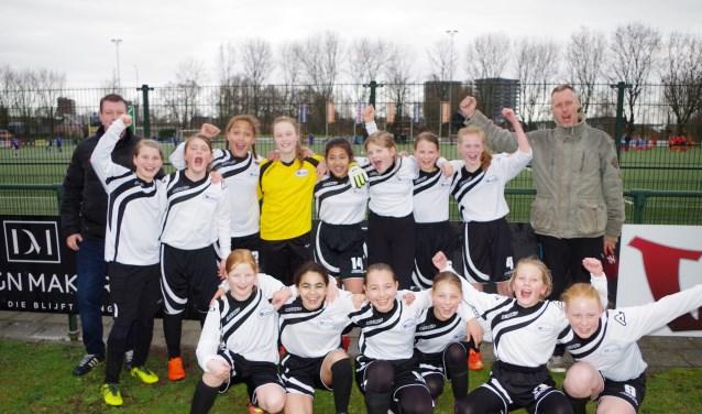 Het meisjesteam van Het Baken heeft haar tweede poulewedstrijd gewonnen met 1-0. (foto Co Keulstra)