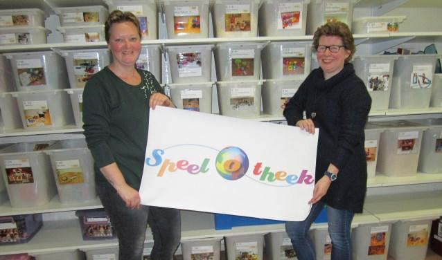 Daysy Rozestraten (links) en Renate Draad van de jubilerende Speel-o-theek Oss. Ook Ingrid Soetekouw en Rebecca Draad (niet op deze foto) maken deel uit van het team van de 40-jarige speelgoed-uitleen.