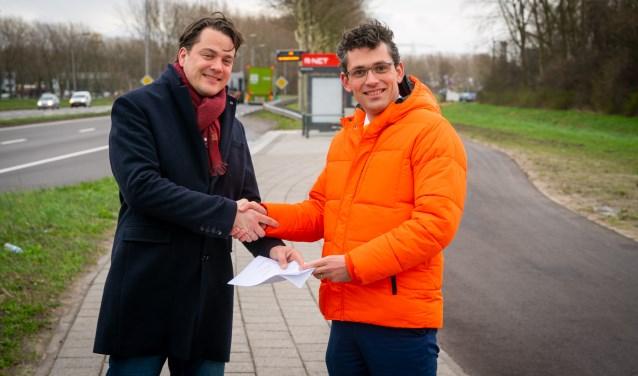 Jan Mark ten Hove, raadslid SGP Alblasserdam, overhandigde vrijdag de resultaten van de enquête over Qbuzz aan Gerard van de Breevaart, nummer 2 op de kandidatenlijst van SGP Zuid-Holland. (Foto: Cees van der Wal)