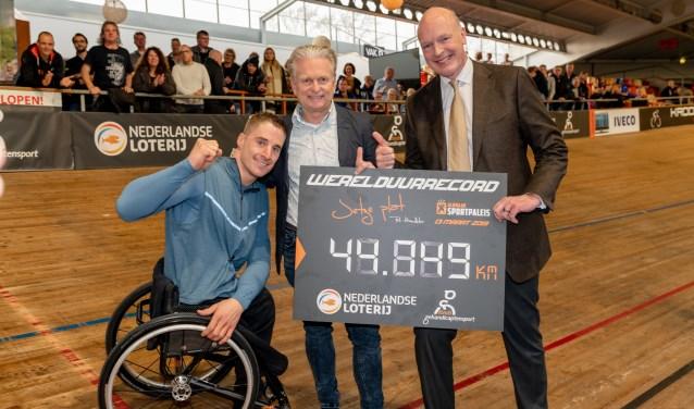 v.l.n.r. handbiker Jetze Plat, Nike Boor (directeur Fonds Gehandicaptensport) en Niels Onkenhout (directeur Nederlandse Loterij).