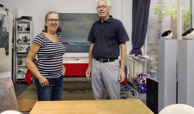 Margriet Hennekens en Will Verhagen van de Atelierroute. Al meerdere jaren brengen zij kunst naar de mensen. Foto: Jurgen van Hoof/Archief.