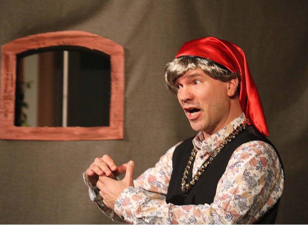 Thomas Hagenaars vertolkte de hoofdrol van Figaro in deze letterlijke en figuurlijke, muzikale verkleedpartij. Foto: Hanny van Eerden © Persgroep