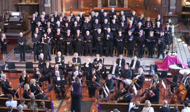 Koor en orkest tijdens onze repetitie voor het concert