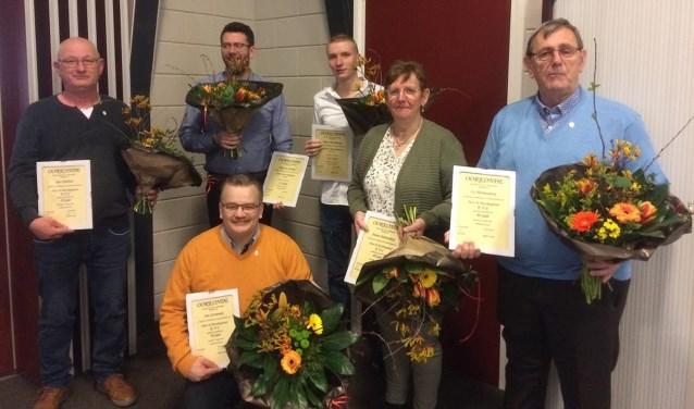 De jubilarissen met staand (vlnr) Jan Ebeltjes, Ron van Brakel, Marc Peereboom, Marie Hartendorp en Co Hartendorp. Op de voorgrond Jan Griemink.