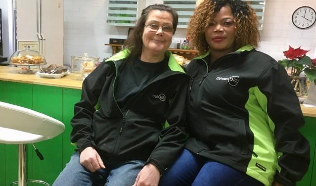 Hennie en Esty in de koffiecorner van RataPlan Capelle.