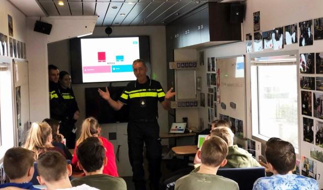 Tijdens het bezoek van de wijk-en jeugdagenten stond bewustwording centraal. Foto: Agnieten College Wezep.