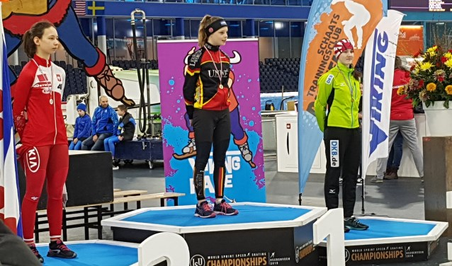 Isa ontving haar medailles en bloemen op het podium waar een week geleden nog Nao Kodaira en Pavel Kulizhnikov de medailles kregen.