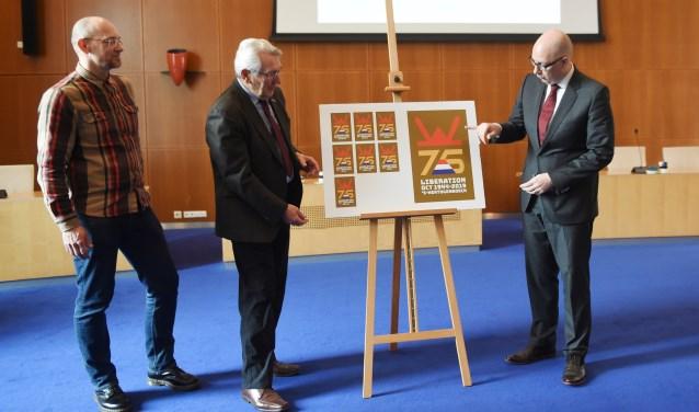 Bij de viering van 75 jaar vrijheid hoort dit beeldmerk, gemaakt door Antwan Hoedemakers. Burgemeester Mikkers envoormalig voorzitter van de Stichting October 1944 's-Hertogenbosch Pierre Kisters onthulden het.