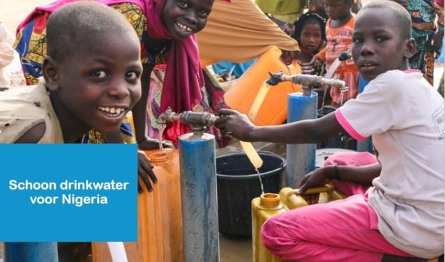 Nigeriaanse kinderen bij een waterput