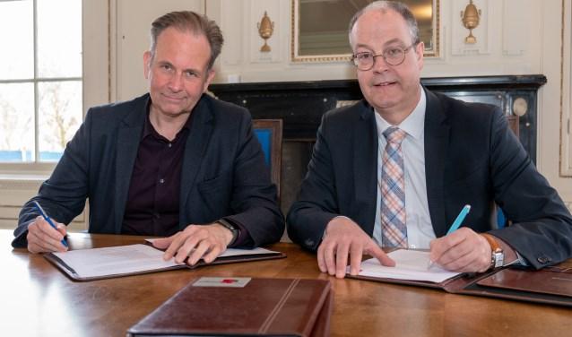 ndertekening van de overeenkomst door Noël Vergunst, wethouder van Nijmegen, en Johan Sluiter, wethouder van Lingewaard, in kasteel De Kinkelenburg in Bemmel. (foto: Fons Sluiter)