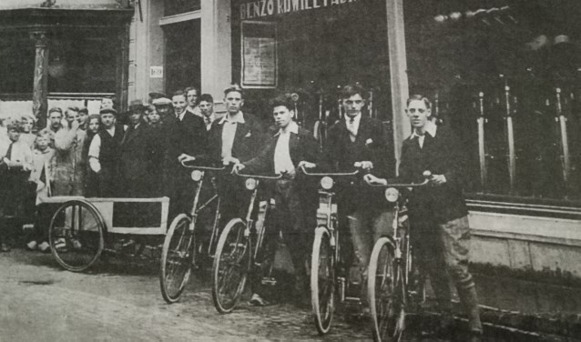 De jongens die vanaf de Benzo-fietsenwinkel naar Milaan gingen om het Nederlands elftal aan te moedigen (Foto: Streekmuseum Jan Anderson)