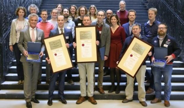 v.l.n.r. prof. dr. Castelein (UMCU), prof. dr. ir. Malda (UMCU),prof. dr. ir. Weinans (UMCU), prof. dr. W. Dhert (decaan Faculteit Diergeneeskunde Universiteit Utrecht), prof.dr. van Weeren (Universiteit Utrecht), Lodewijk Ridderbos (algemeen directeur ReumaNederland, prof. dr. Tryfonidou (Universiteit Utrecht), prof. dr. Lafeber (UMCU)