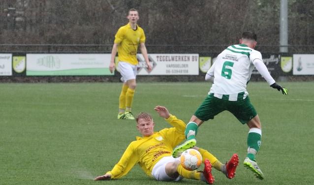 Sam Overbeek (GWVV) veroverd de bal