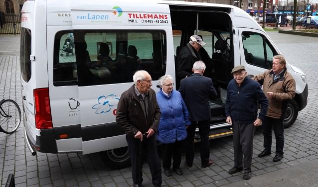 De eerste mensen maken gebruik van de wensbus. (foto Marco van den Broek)