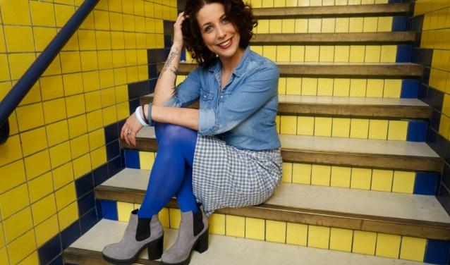 Suzanne als model poserend in Bacinol 2 in Delft, een creatieve broedplaats voor ontwerpers. Dit is de plek waar ze één keer per  maand met haar modellen foto's maakt voor de webwinkel. (Foto: Roosje Slooter)