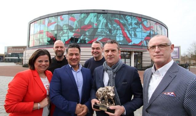 Het nieuwe bestuur van HOG de Kempen en scheidend voorzitter Rob van Helden. (FOTO: Ad Adriaans).
