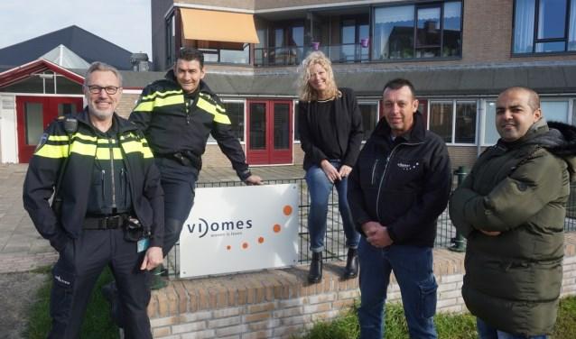 v.l.n.r. Ben Boomgaard (wijkagent De Leyens), Nico Demkes (wijkagent Centrum), Inge van Oosten (Vidomes), Stephan de Roo (Vidomes), Rida Noura (Vidomes)