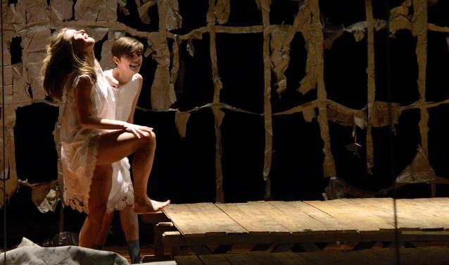 In 'Opgediept' arriveert een troep toneelspelers vergeefs in het theater.