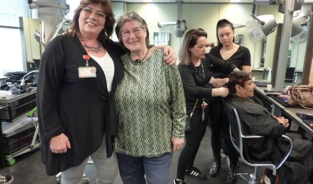 Ze zorgen dat vrijwilligers van de Zonnebloem in de watten gelegd worden door studenten: Jacqueline (links) en Mieke