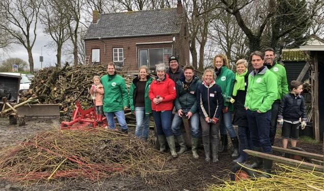 Claudia Reijnen van de Plukhoek (midden) wordt omringd door de mensen van CDA Hoeksche Waard.