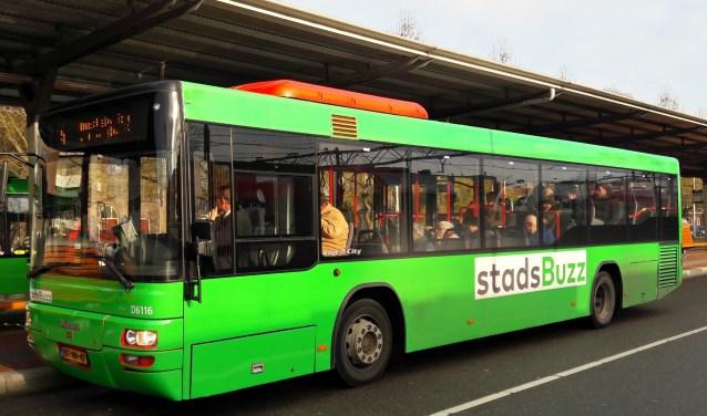 Een bus van Qbuzz bij het station van Dordrecht. (foto: Arco van der Lee)