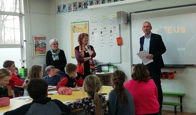 Wethouder Jos Hoenderboom sprak de leerlingen in het Zöwents toe.