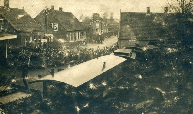 Grote belangstelling was er toen op 7 november 1923 een tram ontspoorde en een huis binnenreed. Het huis, waar de tram binnenreed, stond op de plaats waar nu restaurant De Kluis is. Foto: Collectie Nico de Bonth