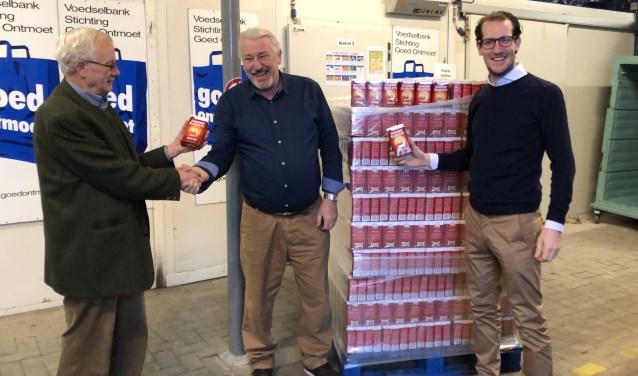 Overhandiging van 3.300 pakken koffie door Martien Franken en Rob Snepvangers (Lionsclub Bergen op Zoom) aan Jacques Snepvangers (midden, Voedselbank 'Goed Ontmoet').