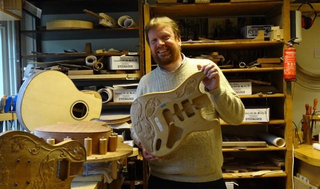 Muziek en instrumenten; de passie van gitaarbouwer Peter Damm. Tekst en foto: Joke Stapper