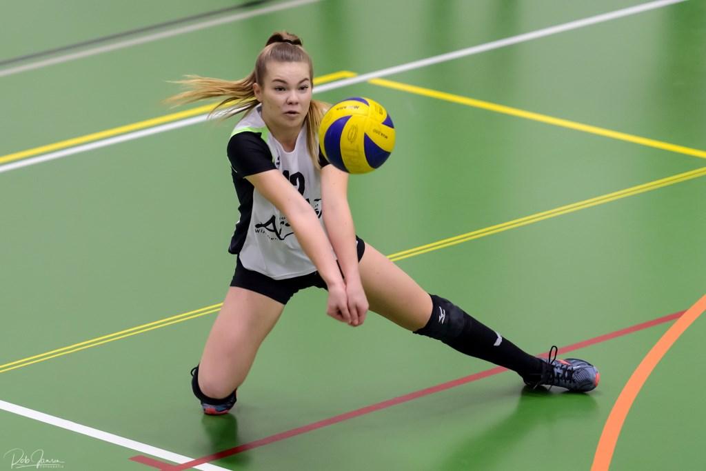Evi Bosmeier plaatst de bal. .  © Persgroep