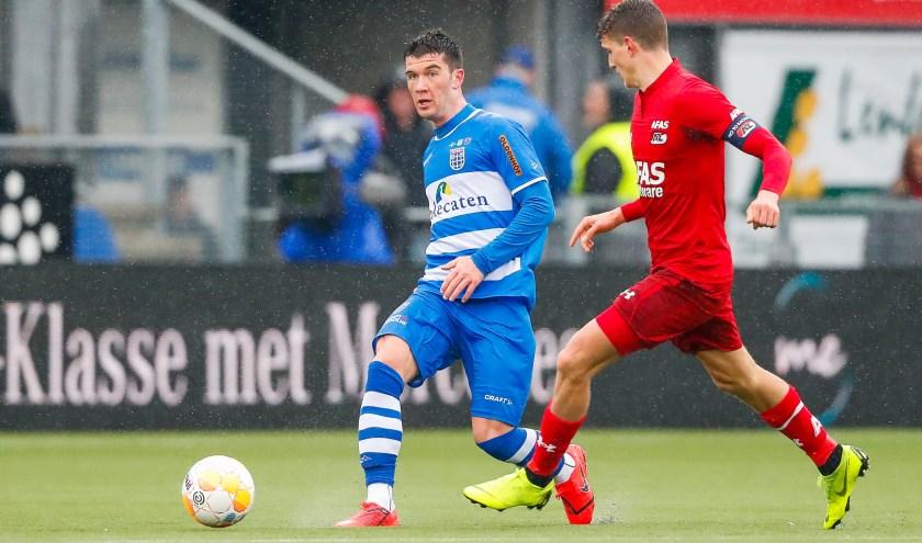 Pelle Clement passt de bal in het duel met AZ, terwijl Guus Til toekijkt.