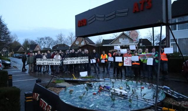 Actievoerders verzamelden zich donderdagavond met borden en spandoeken bij gemeenschapshuis De Jachthoorn in Sint Hubert. (foto: Marco van den Broek)