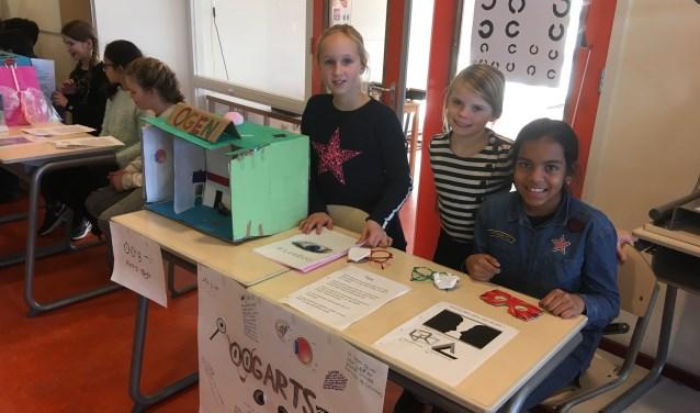 Drie leerlingen van de Violier, die voor één dag in de huid kropen van oogarts bij een project over het menselijk lichaam (Foto: Kelly Louisse).