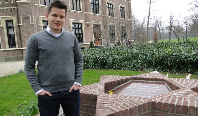 Henk Wiesenekker bij het Joods Monument voor kasteel De Schaffelaar.