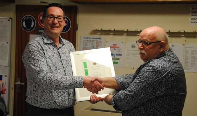 Op de foto: Links voorzitter D. van Oudheusden en rechts de heer C. Vos