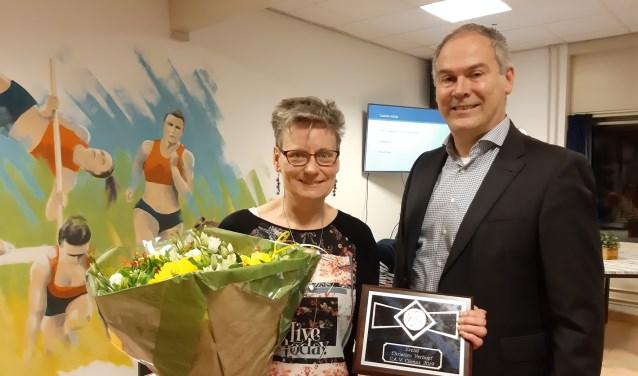 Voorzitter Evert Schipper verrast Christien Verhoef met benoeming tot Erelid.