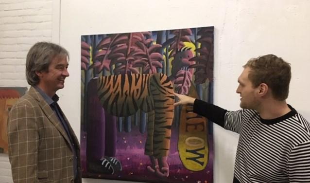 Voorzitter van VDM Jasper Meijer en kunstenaar Ralf Kokke met het aangekochte werk 'a tiger'. (foto: pr)