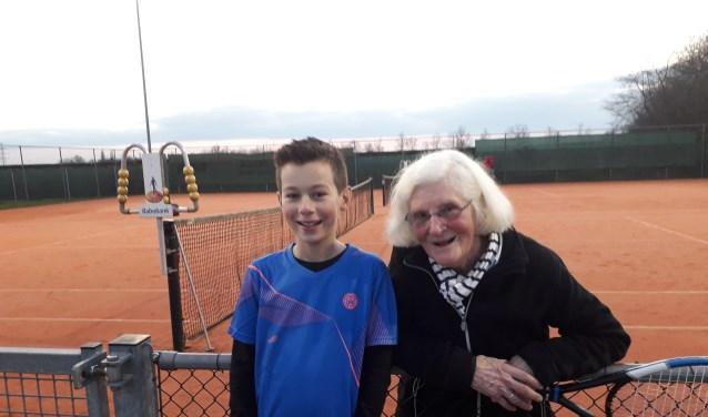 Anne Mijer (91 jaar) samen met Jorn de Bruin (12 jaar). De oudste en jongste deelnemer aan het stampottoernooi. (foto: Henk de Reus)