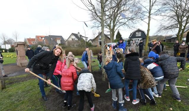 Heste Veltman plant samen met kinderen van de Ericaschool een lindeboom