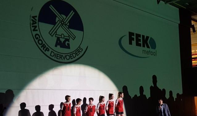 De spectaculaire kledingpresentatie in Sportcentrum Waspik. De nieuwe tenues zijn geschonken door sponsoren Van Gorp Diervoeders en FEK Metaal.