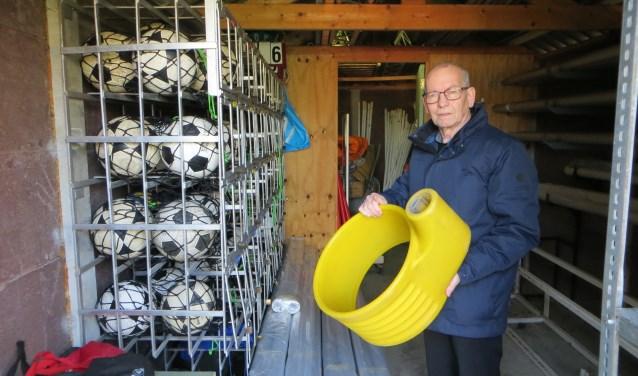 """Daan Struijk is al 60 jaar verbonden aan SKC Merwede. """"Korfbal is en blijft een familiesport. Vaak zijn er meerdere gezinsleden lid. Dat zorgt voor een gezellige sfeer."""" (Foto: Yvonne Vogel)"""