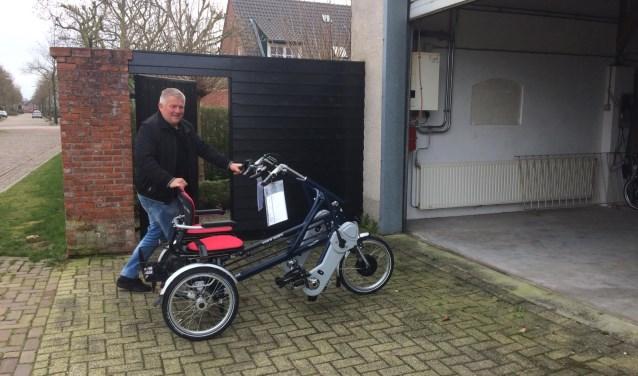 Ad van Limpt is in zijn nopjes met de duofiets. Er is zelfs aan een makkelijke opstap, voetenplankje en veiligheidsgordel gedacht.