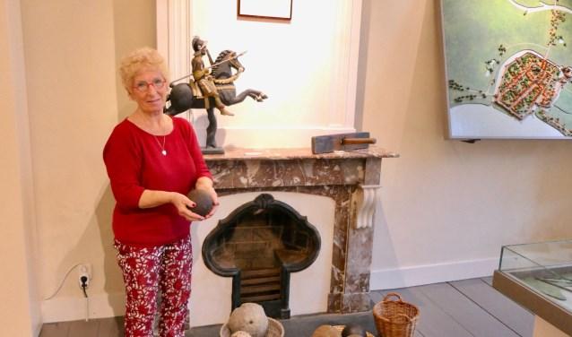 Corrie van den Berg uit Heusden brengt een bezoek aan de expositie 'Zeven eeuwen Heusden' in Het Gouverneurshuis.