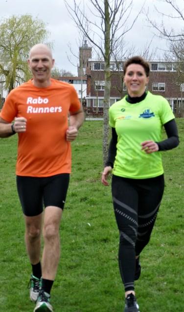 Paul Brouwer directievoorzitter van Rabobank Maas en Waal -Oost Betuwe en Yvonne Sieders voorzitter van de MHB Overbetuweloop rennen de samenwerking tegemoet
