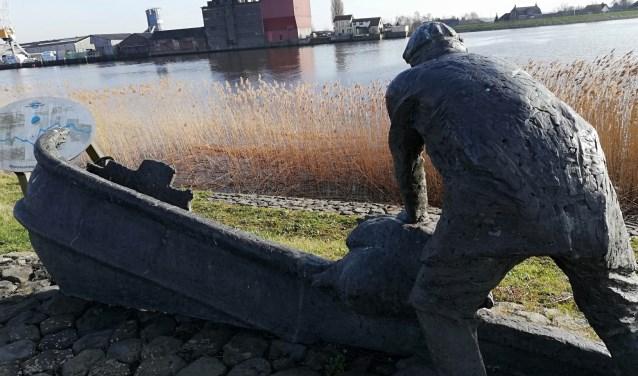 Standbeeld man vaart boot in gat van de dijk tijdens Waatersnood 1953