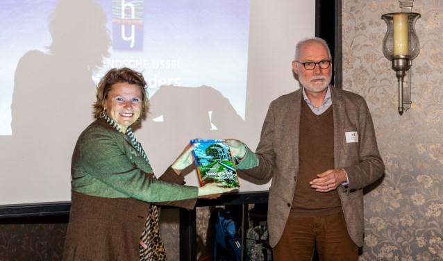Het eerste exemplaar werd door auteur Jan van Es aangeboden aan burgemeester Petra van Hartskamp van Montfoort. Eigen foto