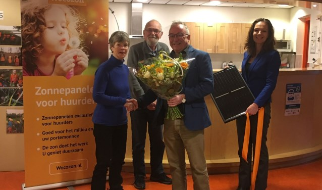 Wethouder Hilde de Groot en directeur-bestuurder Frans-Jozef Snoeks van Viveste zetten de heer en mevrouw Rietveldt in het zonnetje.