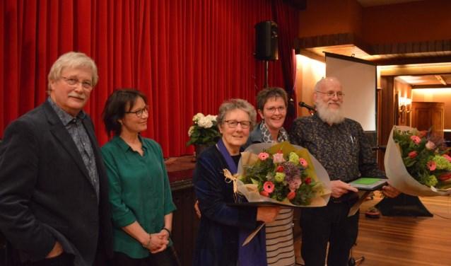 Vlnr: Hans Beernink en Dianne Marsman met de winnaars Gerda Bussink-Buevink, Greet Lammers en Eddy Geurtsen.