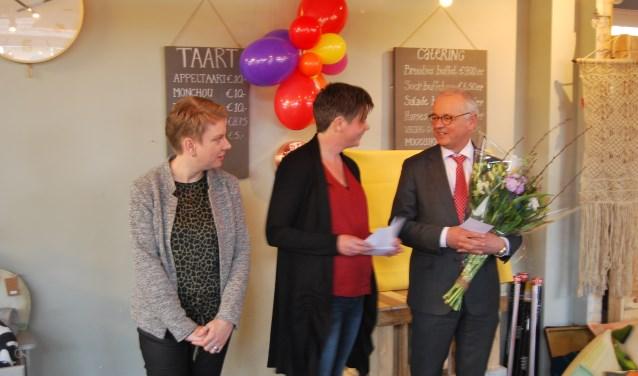 Mirjam de Kunder en Carin Mooren van Zoethout met burgemeester Jan Willem Wiggers. Hij is heel trots op Zoethout.