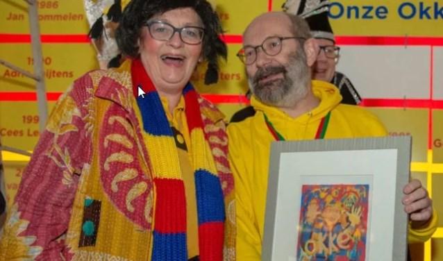 Jeroen van de Berg met echtgenote Lous en d'n Okke van verdienste. Foto: Alexander de Peffer